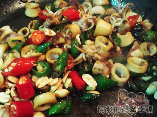 青龍炒小卷08-放紅辣椒及灑白胡椒