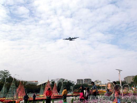 2014臺北花卉展27-圓山園區-上方運輸機飛過