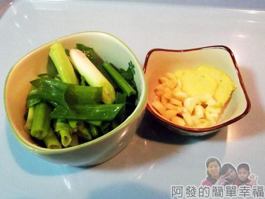 滷蔥燒豬軟骨02-蔥蒜頭薑片
