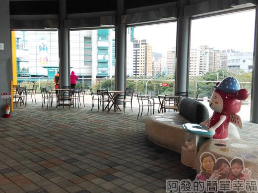 兒童新樂園45-3F-幸福碰碰車旁的休息區.jpg