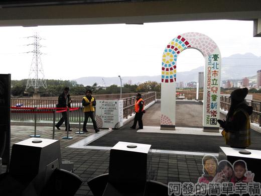 兒童新樂園64-3F-第二出入口-基河路上的停車場.jpg
