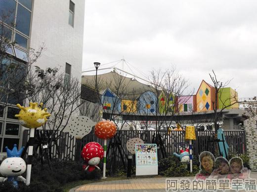 兒童新樂園07-一旁的造型公仔.jpg