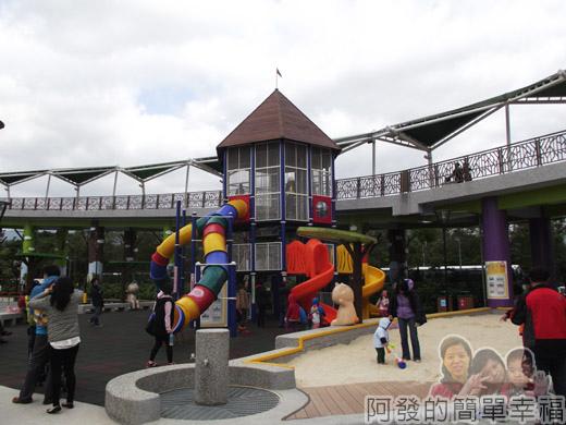 兒童新樂園20-室外遊戲區-造型滑梯與玩沙池.jpg