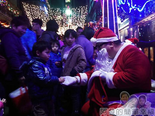 吉慶里聖誕巷24-聖誕老公公發糖果