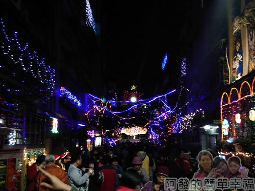 吉慶里聖誕巷38-滿滿的人潮充滿歡樂的氣氛