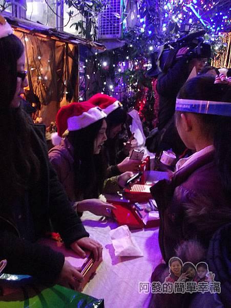 吉慶里聖誕巷42-不少熱心的大學生來當志工