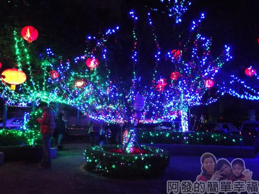福興里聖誕公園09-很繽紛的燈樹