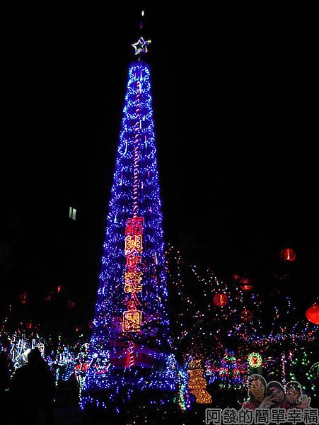 福興里聖誕公園11-顯眼又高大的聖誕燈樹