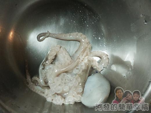 茶香五味章魚03-往鍋內摔打