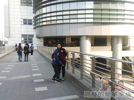 幾米吹泡泡裝置展04-連接C2棟立體停車場與C1棟商場的天橋.jpg