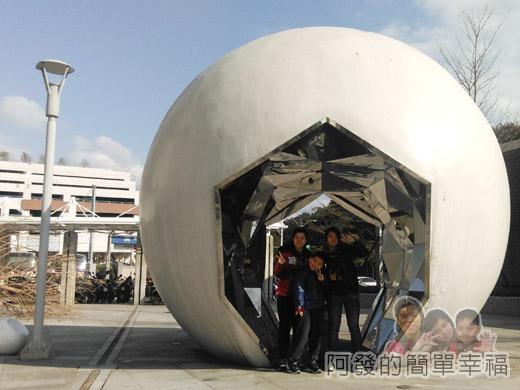 幾米吹泡泡裝置展07-戶外廣場上的球體外觀裝置設計.jpg