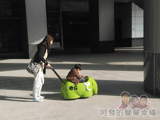 幾米吹泡泡裝置展09-很特別及可愛的商場小象娃娃推車.jpg
