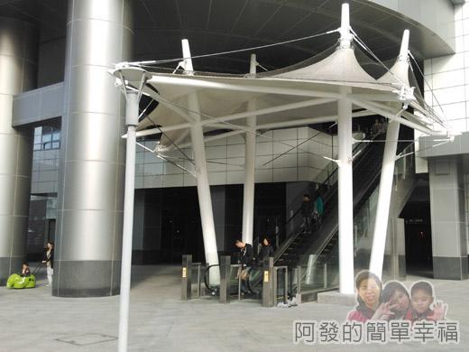 幾米吹泡泡裝置展11-通往C2棟2F手扶梯.jpg