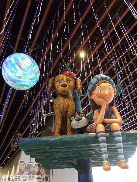 幾米吹泡泡裝置展18-等待旅行中的小女孩與兩隻陪伴的狗.jpg