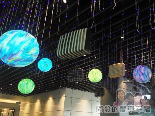 幾米吹泡泡裝置展21-行李箱穿梭在美麗的夢想泡泡間.jpg