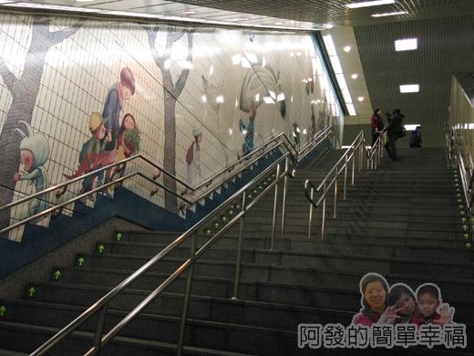 幾米吹泡泡裝置展36-捷運南港站-樓梯牆上的幾米繪圖II.jpg