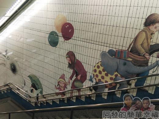 幾米吹泡泡裝置展38-捷運南港站-樓梯牆上的幾米繪圖V.jpg