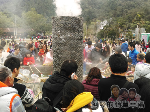 宜蘭大同清水地熱13-地熱煮食池前滿滿的人.jpg
