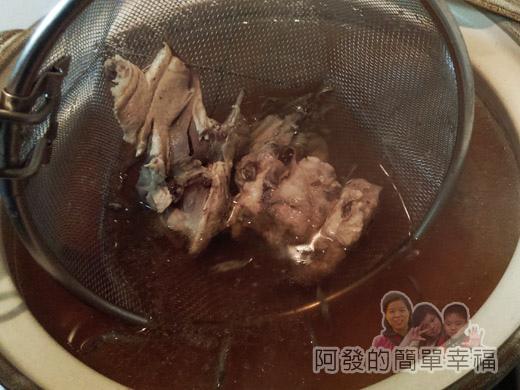 鍋燒什錦意麵05-撈起雞胸骨與小魚乾