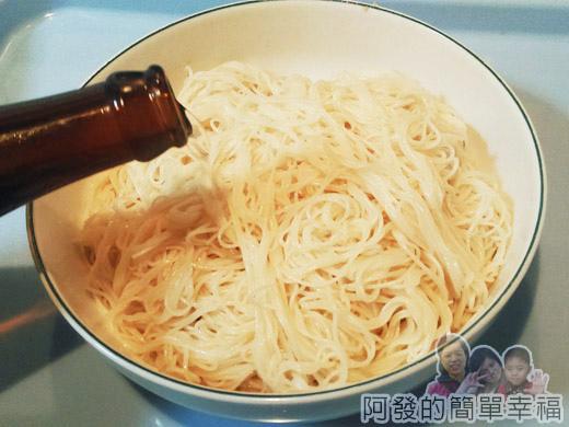 麻油雞麵線12-麵線淋上些許米酒