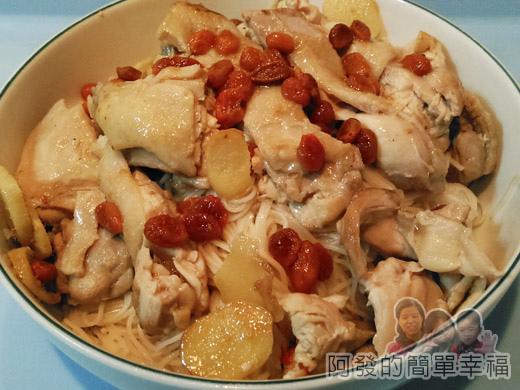麻油雞麵線13-擺上雞肉淋上雞湯