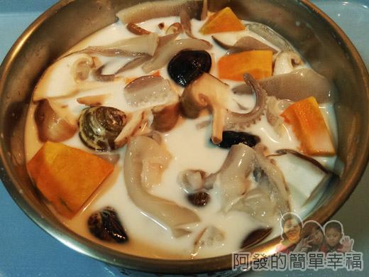 鮮奶南瓜海鮮焗燉飯02-食材裝鍋