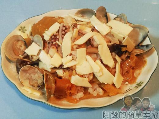 鮮奶南瓜海鮮焗燉飯05-裝盤加些乳酪絲