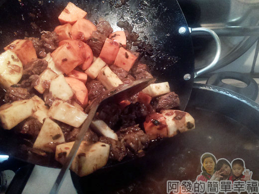 紅燒牛肉麵-豆瓣醬版06-倒入湯鍋