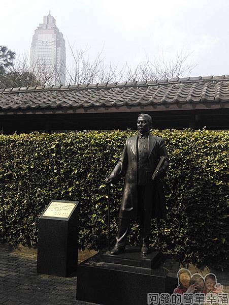 逸仙公園03-入口處門內國父銅像