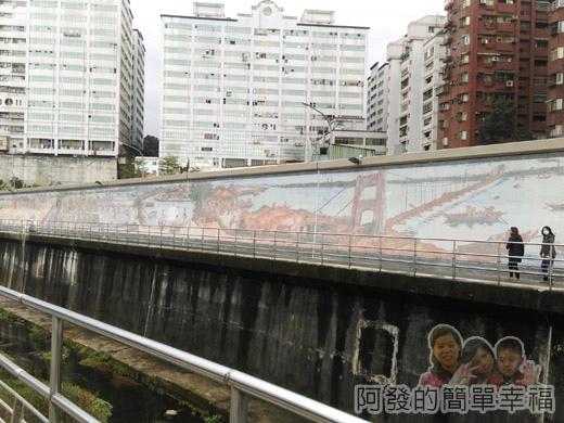 樂活公園賞寒櫻19-對岸壁畫