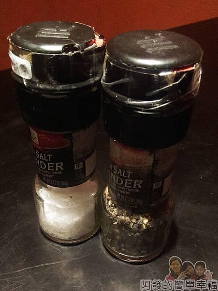 超越原味炭烤牛排27-海鹽罐與胡椒罐