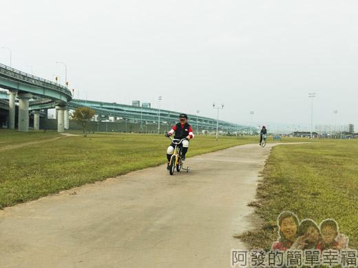 大臺北都會公園II09-疏洪親水公園-路平坦人少.jpg