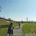 大臺北都會公園II19-幸福水漾公園-自行車道一旁為機場捷運三重站.jpg