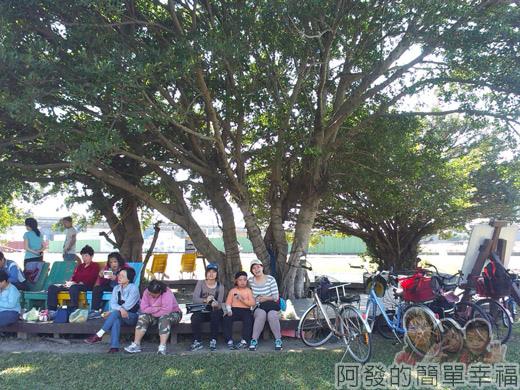 大臺北都會公園II32-幸福水漾公園-大樹下休息的人們.jpg