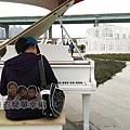 大臺北都會公園II41-幸福水漾公園-中央表演廣場鋼琴.jpg