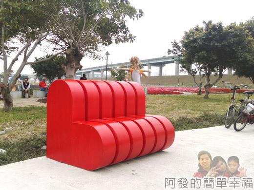 大臺北都會公園II47-幸福水漾公園-中央表演廣場-心心相印造型座椅.jpg