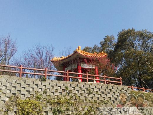 壽山巖觀音寺19-涼亭櫻花與藍天