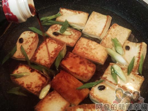 古早味醬燒豆腐05-加蒜苗豆鼓高湯醬油