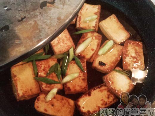 古早味醬燒豆腐07-蓋上鍋蓋燜煮8分鐘