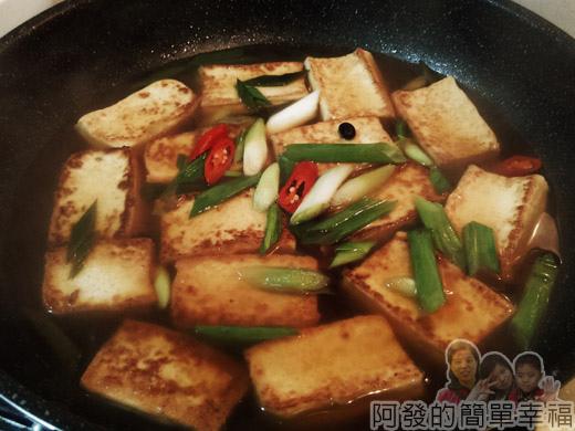 古早味醬燒豆腐08-下蔥蒜苗辣椒片再燜
