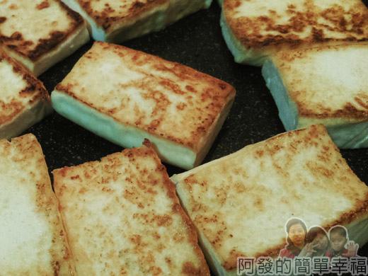 古早味醬燒豆腐04-煎至兩面金黃