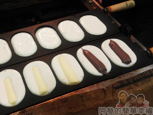 饒河夜市11-巧手韓式蛋中蛋-烤盤上-奶油與巧克力