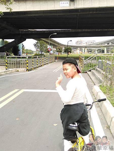 公館景福租借站-大稻埕租借站40-忠孝橋下-進入兒子認識的路段他很開心