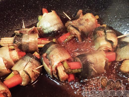 照燒秋刀魚捲08-收乾醬汁記得要翻面