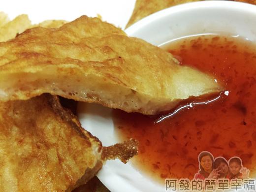 泰便宜南洋小吃18-月亮蝦餅沾醬