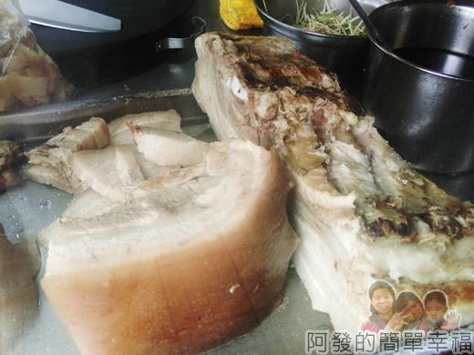 新莊-閹豬切仔麵04-剛煮熟的醃豬三層肉