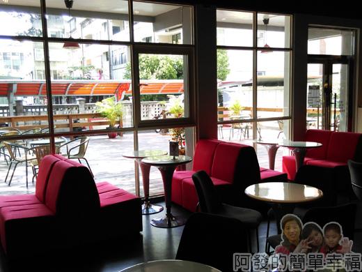 苗栗城市規劃館17-1F-聿曰咖啡沙發座與落地窗