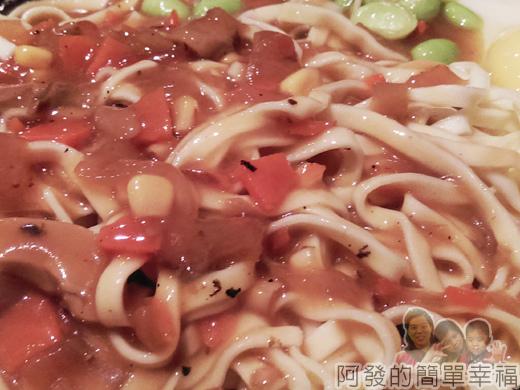 新莊-上上牛排15-蘑菇醬鐵板麵特寫