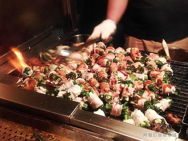 士林夜市-蕭記碳烤肉捲03-肉串下火爐
