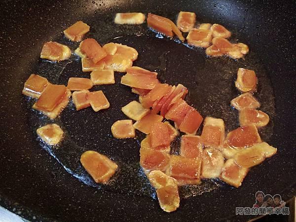 烏魚子炒飯05-烏魚子片過油